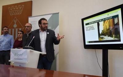 El tinent d'alcalde, Juli Fernàndez, i els regidors de l'àrea de Cohesió territorial han presentat els pressupostos municipals. Foto: Roger Benet