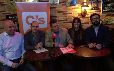 Elel diputat Joan Garcia, Adrián Hernández, José Luis Fernández, la diputada Laura Vílchez i Ramon Garcia. | Foto: Ràdio Sabadell