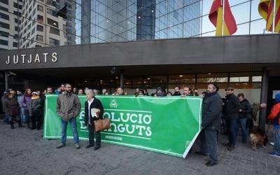 Abans de l'obertura dels Jutjats s'han concentrat una cinquantena de persoens en suport dels acusats. Foto: Roger Benet
