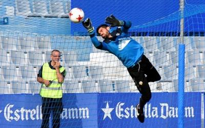 Roberto Gutiérrez, escalfant abans d'un partit a la Nova Creu Alta | Crispulo D.