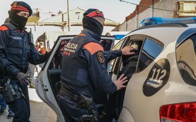 Els Mossos d'Esquadra enduent-se un dels detinguts | Roger Benet