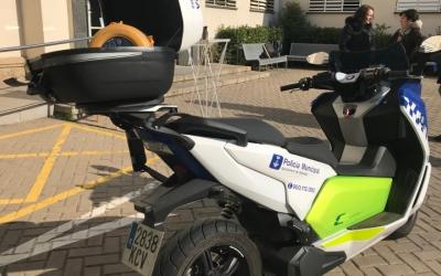 La policia municipal portarà desfibril·ladors als cotxes i les motocicletes.