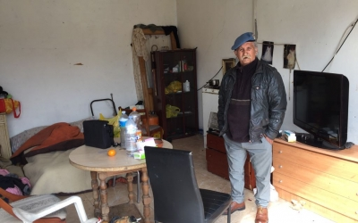 Luis al garatge on viuen amb la Carmen | Ràdio Sabadell