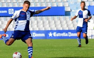 Marc Martínez prova un xut en un dels partits d'aquesta temporada a la Nova Creu Alta | Críspulo Díaz