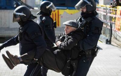 Els Mossos han retirat les persones que s'han assegut una per una i n'han identificat unes quantes. Foto: Roger Benet