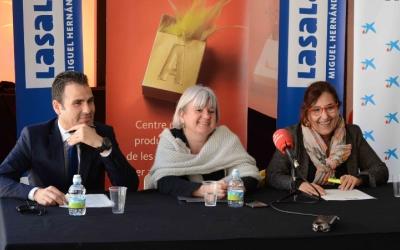 Ivan Quesada, de l'Obra social La Caixa; Montse Chacón, regidora de Cultura; i Eulàlia Ribera, directora de La Sala, han presentat l'espectacle Teranga. Foto: Roger Benet