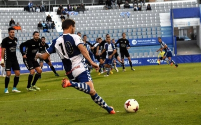 Marc Martínez centra la pilota amb Felipe Sanchón a la rematada | Críspulo D.