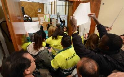 Els treballadors d'SMATSA han seguit tota la sessió del ple, de més de 8 hores/ Roger Benet