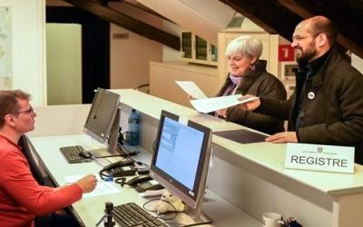 Maties Serracant i Dolors Sabater registrant la proposta al Parlament