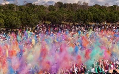 Moment del llançament de color a la festa Holi | Ràdio Sabadell
