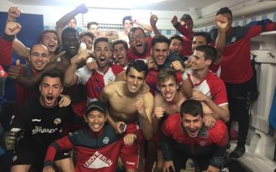 Els jugadors del filial arlequinat celebren el triomf contra el Farners