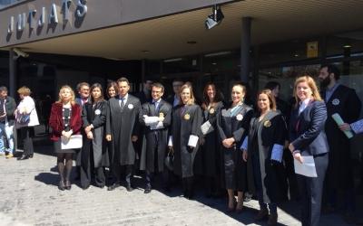 Magistratsi magistrades amb els fiscals a les portes dels Jutjats de Sabadell | Ràdio Sabadell