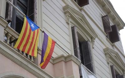 Les banderes estelada i tricolor a la façana de l'Ajuntament | Roger Benet