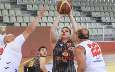Petrut Chichirita lluitant contra dos rivals