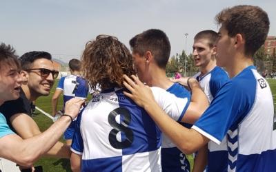 Roger Ligero abraçat pels seus companys instants després del 2 a 1