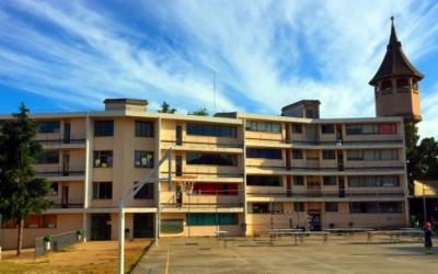 Imatge de l'Escola Samuntada, al costat de la Torre de l'Aigua | Crónica Global