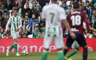 Cristian Tello amb la pilota al Villamarín davant l'Éibar | RBB