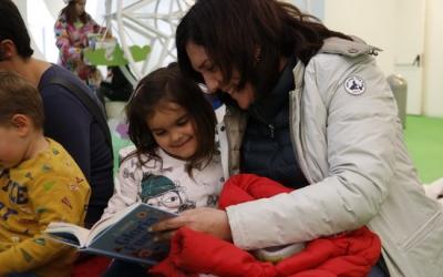 Una mare amb la seva filla llegint un conte | ACN