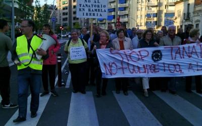 Manifestació a la Rambla Ibèria contra el tanatori | Pau Duran