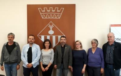 Gabriel Fernández i representants de les entitats participants al Fem Vacances, durant la presentació del programa/ Karen Madrid