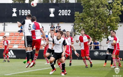 Javi Jiménez i Pedro Capó lluiten per una pilota aèria | Valencia CF