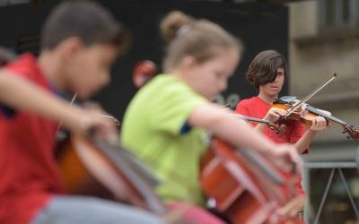 Infants tocant durant el concert d'aquest matí/ Roger Benet