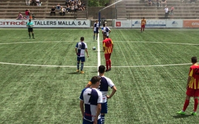 Els jugadors de tots dos equips preparats per l'inici de la segona part | CE Sabadell