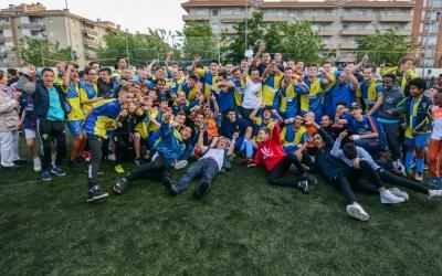 La plantilla del Sabadell Nord celebra amb eufòria l'ascens a Primera Catalana | Roger Benet