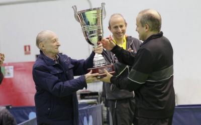 Santi Vidal rep el trofeu en la primera edició del torneig | @CNSTennisTaula