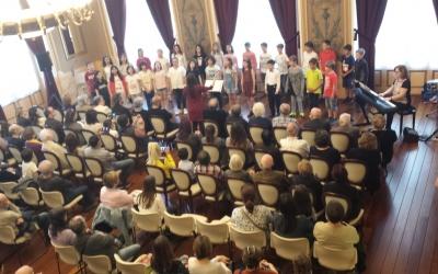 La coral infantil del Conservatori ha iniciat l'acte | Pau Duran