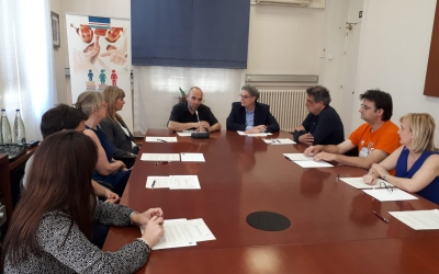 Els responsables de les escoles d'idiomes i el regidor Joan Berlanga duran una roda premsa | Karen Madrid