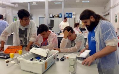 Una de les activitats del Campus Ítaca és als laboratoris de la UAB/ Fundació Autònoma Solidària