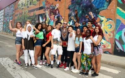 Nel·lo C i els alumnes del Ribot i Serra durant la presentació del videoclip | ACN