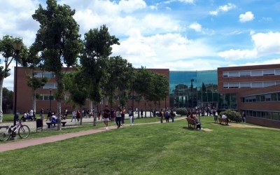 Els alumnes de Selectivitat, a l'exterior del campus de la UAB del carrer Emprius/ Karen Madrid