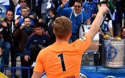 Romans s'acomiada de l'afició de Gol Nord després de l'últim partit de lliga a la Nova Creu Alta | Críspulo Díaz