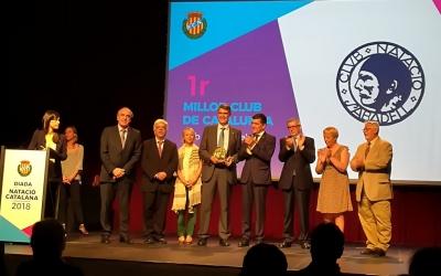 El president, Claudi Martí, rebent el premi de millor entitat ahir al Born | FCN