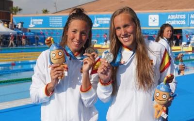 Marina Garcia (dreta) amb la medalla de plata als Jocs del Mediterrani