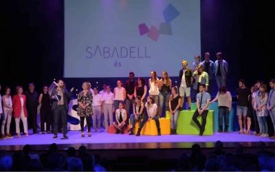 Serracant i Martínez al final de l'acte acopanyats del cor Vakombà | Roger Benet