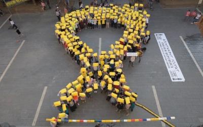 Imatge del llaç groc a la plaça Sant Roc | Roger Benet