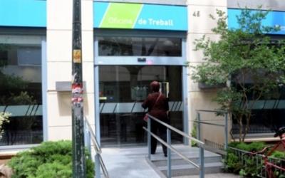 Una persona accedeix a l'Oficina de Treball del carrer de la República | Arxiu