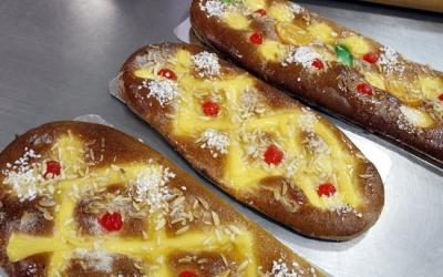 Tres coques de Sant Joan de crema i fruites   ACN