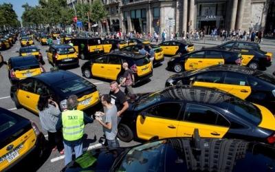 Imatge de la concentració de taxis a la Gran Via, a Barcelona | 324
