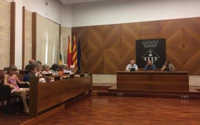 Al centre, Maties Serracant amb el marit de Forcadell i el nebot de Cuixart. A l'esquerra, familiars dels polítics empresonats.  | Helena Molist