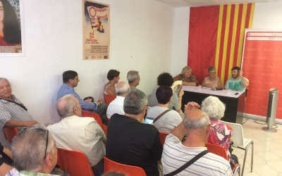 La nova seu d'EUiA plena de gom a gom. A la taula, Aleida Guevara, Maria Ibañez i Marc Verneda | Helena Molist
