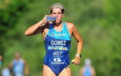 Laura Gómez hidratant-se durant el segment a peu | Tri Pálmaces 2018