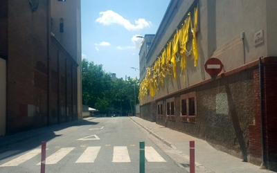 El carrer Montllor i Pujal, que actualment està tancat amb pilones
