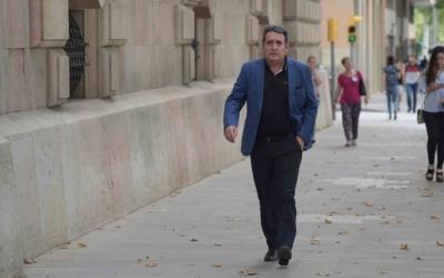 Manuel Bustos caminant cap a l'Audiència de Barcelona | Roger Benet