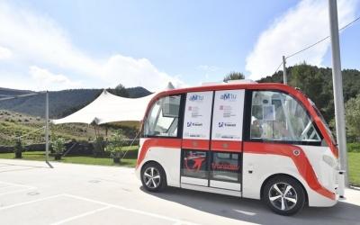 Es tracta d'un vehicle  100% elèctric, de petites dimensions; amb capacitat per a dotze persones