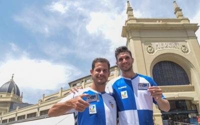 Manuel Gato i Adri Cuevas amb el carnet de soci del Sabadell a la porta del Mercat Central | Roger Benet