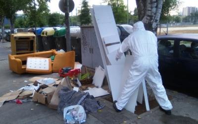 Els operaris d'SMATSA, recollint mobles afectats per xinxes/ Cedida SMATSA